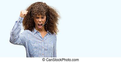 americano africano, centro chiamata, operatore, donna, infastidito, e, frustrato, gridare, con, rabbia, matto, e, berciare, con, mano sollevata, rabbia, concetto
