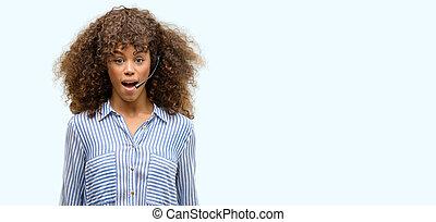 americano africano, centro chiamata, operatore, donna, spaventato, scossa, con, uno, sorpresa, faccia, timoroso, e, eccitato, con, paura, espressione
