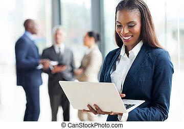 americano africano, donna d'affari, usando computer portatile