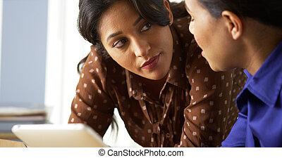 americano africano, e, hispânico, mulheres negócio, usando, tabuleta, computador
