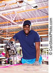 americano africano, fabbrica tessile, lavoratore, usando, tessuto, tagliatore