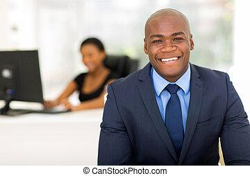 americano africano, hombre de negocios, con, colega, fondo