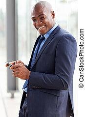 americano africano, hombre de negocios, email de la lectura, en, elegante, teléfono