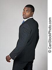 americano africano, hombre de negocios, espalda que mira