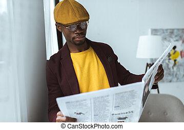 americano africano, hombre de negocios, periódico de la lectura