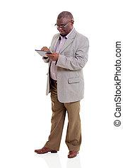 americano africano, homem velho, usando, tabuleta, computador