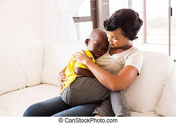 americano africano, madre, abrazar, ella, hijo