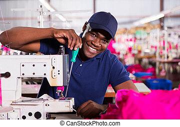 americano africano, mecánico, trabajando, en, fábrica de ropa