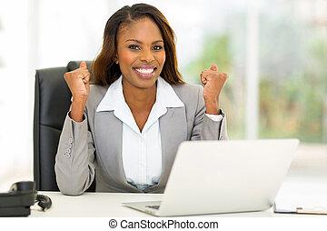 americano africano, mujer de negocios, ondulación, puños