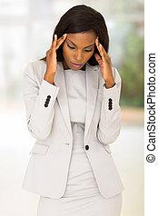 americano africano, mujer de negocios, teniendo, dolor de cabeza, en el trabajo