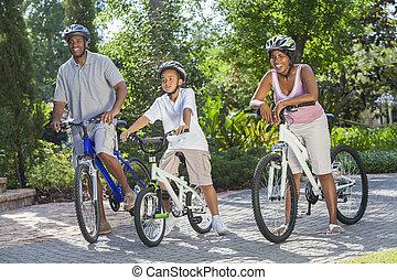 americano africano, padres, con, niño, hijo, bicicleta de equitación