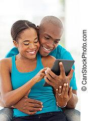 americano africano, par casado, usando, tabuleta, computador