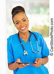 americano africano, trabalhador médico, com, tabuleta, computador