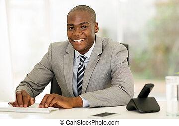 americano afro, homem negócios, usando computador, em,...