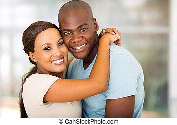 americano afro, par abraçando