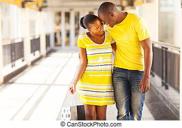 americano afro, par, em, centro comercial