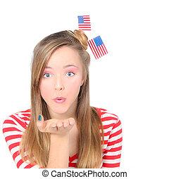 americano, menina, soprando, desejos, ou, beijos, celebrando, 4 de julho, com, bandeiras