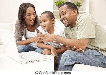 amerikan, dator, familj, afrikansk, användande laptop