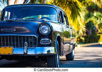 Amerikanischer schwarzer Oldtimer parkt in Havanna Kuba