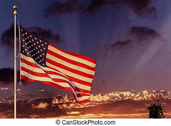 amerykańska bandera, na, maszt flagowy, falować, w wietrze, amerykańska bandera, przed, jasne niebo