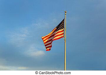 amerykańska bandera, na, maszt flagowy, falować, w wietrze, przeciw, chmury, błękitne niebo, i, księżyc