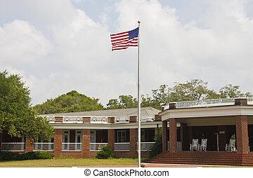 amerykańska bandera, na, maszt flagowy, zewnątrz, cegła, pawilon