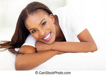 amerykańska kobieta, leżący, łóżko, afrykanin