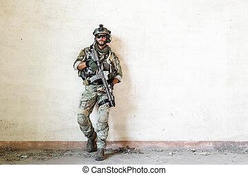 amerykanka, żołnierz, pozy, podczas, wojskowy, działanie