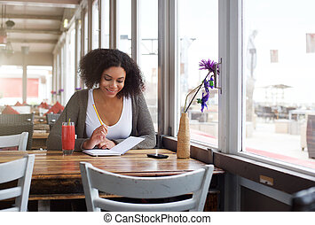 amerykanka, samiczy student, afrykanin, uśmiechanie się