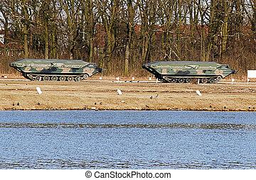 amfibisk, militär, bil, stående, på, a, utbildning, jord, nära, den, flod