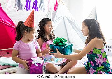 ami, anniversaire, pyjama, pendant, fille partie, réception, présent