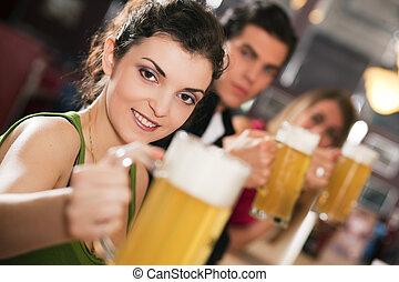 amici, bere, birra, in, sbarra