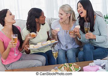 amici, bere, vino bianco, e, condivisione, cupcakes, a,...