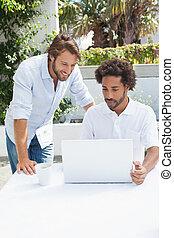 amici, caffè, laptop, godere, due, insieme