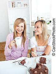 amici, casa, cioccolato, femmina, torta, cucina, bere, mangiare, felice