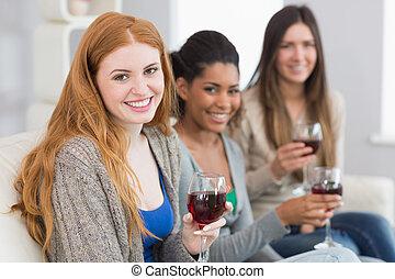 amici, casa, femmina, vetri vino, sorridente