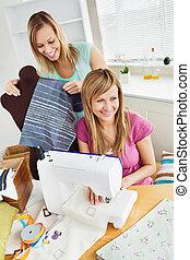 amici, casa, giovane, femmina, cucito, vestiti, insieme, felice