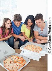 amici, circa, gruppo, mangiare, pizza
