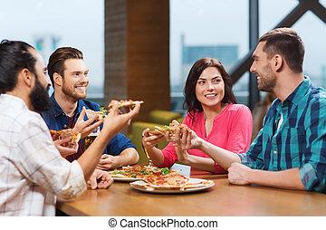 amici, consumo pizza, con, birra, a, ristorante