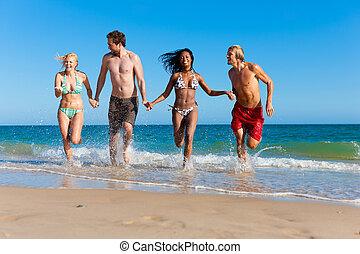 amici, correndo, su, vacanza spiaggia