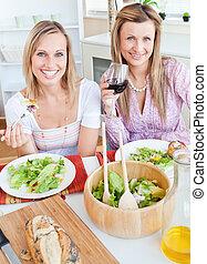 amici, femmina, due, ammirato, mangiare