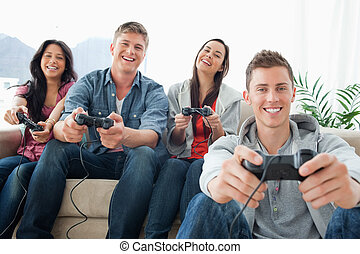 amici, giochi, gruppo, ridere, sedere, macchina fotografica, gioco, fronte