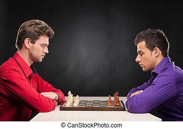 amici, gioco scacchi esegue, su, nero, fondo., serio, giovani uomini, pensare, circa, fabbricazione, primo, spostare