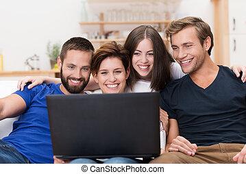 amici, laptop, gruppo, ridere