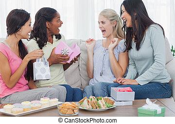 amici, offerta, regali, a, donna, durante, festa