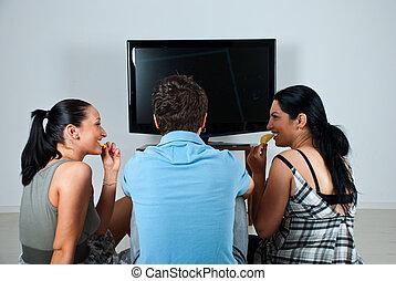 amici, osservare tv