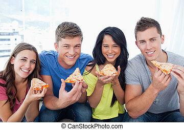 amici, pizza, circa, essi, loro, sguardo, macchina fotografica, mangiare