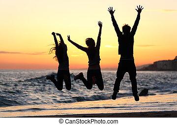 amici, silhouette, saltare, felice, spiaggia, a, tramonto