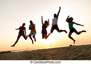 amici, sorridente, saltare, spiaggia, ballo