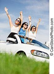 amici, stare in piedi, in, il, bianco, automobile, con, mani in alto
